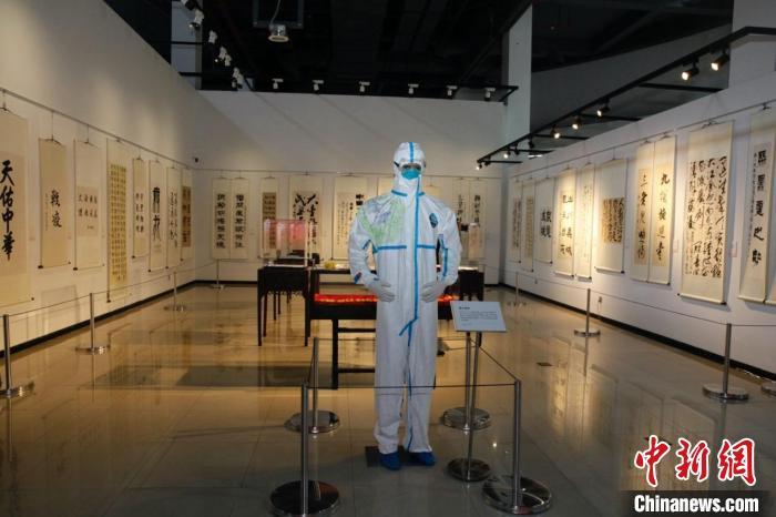 """""""大爱无疆——讲好中国抗疫故事""""主题展举行。 上海中医药大学供图"""
